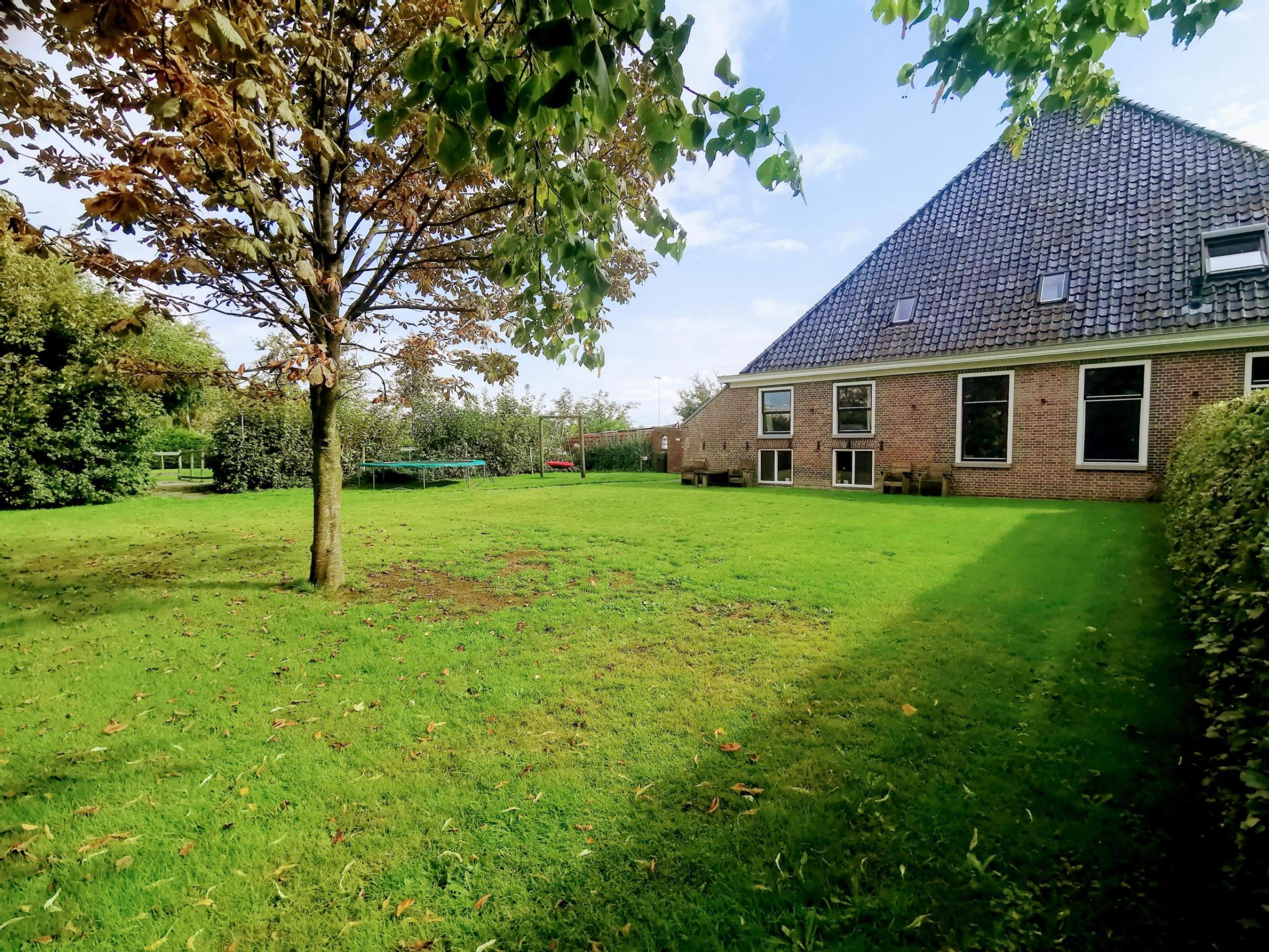 Ruime Friese Stolpboerderij bij de bossen en het water